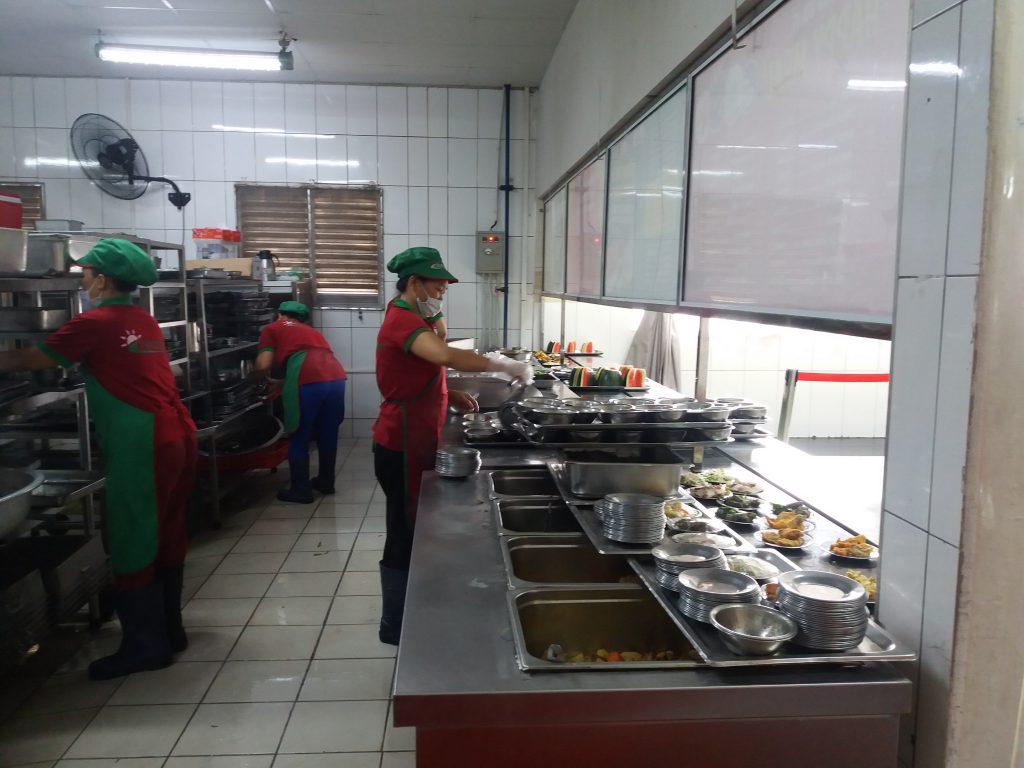 Công tác chuẩn bị bữa ăn cho công nhân nhà máy Inoue